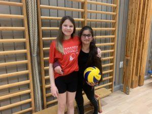Stella och Lin är bästa vänner och spelar volleyboll i PF09-10